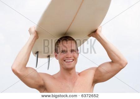 Ajuste a Youn hombre con tabla de surf