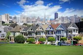 Photo of san francisco california united states - city skyline with famous painted ladies victorian homes at alamo square (western addition neighborhood).
