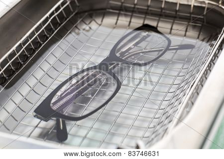 Professional Cleaning Glasses With An Ultrasonic Cleaner