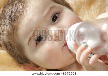 Agua potable de bebé sereno