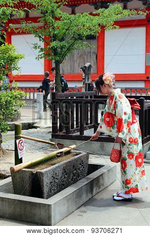 Japanese lady in traditional Kimono at Kyoto Kiyomizu temple