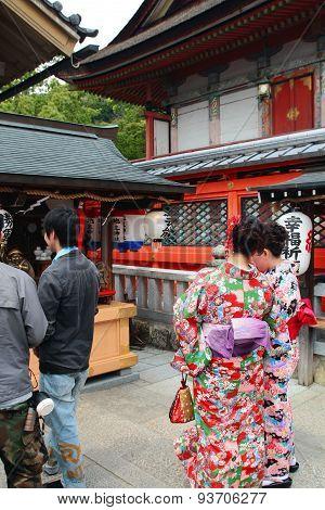 Japanese Women in traditional Kimono at Kyoto Kiyomizu temple