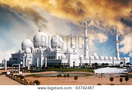 view of Sheikh Zayed mosque in Abu Dhabi at sunset