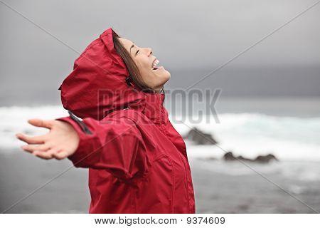 Mulher com tempo de chuva