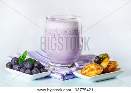 Mini pancakes with fresh blueberries and milkshake