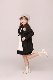 foto of little girls photo-models  - Beautiful young lady smiling for photo camera - JPG