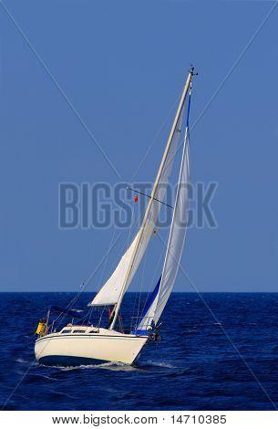 schönes Segelboot Segel blau Mittelmeer Ozean Horizont