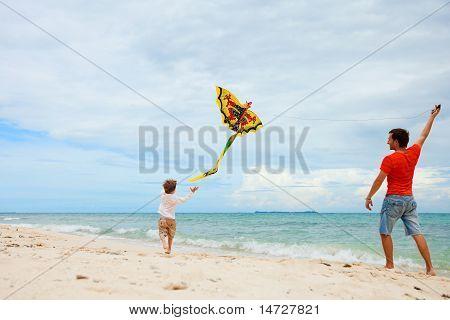 Padre e hijo volar cometa