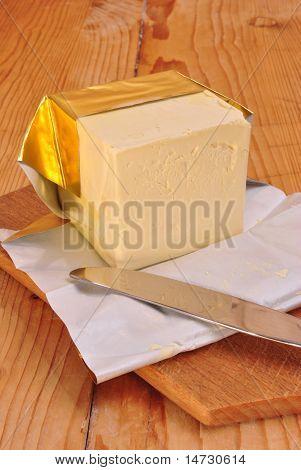 Ein Cube-Margarine und einem Küchenmesser