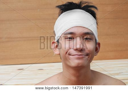 Young man with trauma of the head. by Medical bandage (Portrait show)