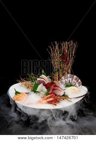 This sashimi set contains all of the ingredients needed for making great-tasting Sushi.