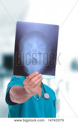 gut aussehend männlichen Arzt mit Röntgenstrahlen über leichte Medizinbereich Hintergrund