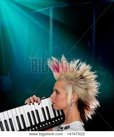Músico en escena en vista de perfil con alquitrán de clave