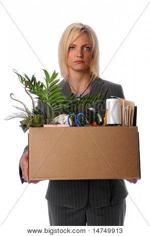 Empresaria triste llevar pertenencias en la caja después de perder el trabajo