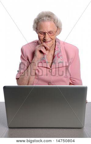 Senior Woman lesen auf Laptop-computer