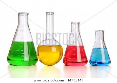 Laborglas mit Reflexionen über Tabelle isolated over white Background - mit Beschneidungspfad