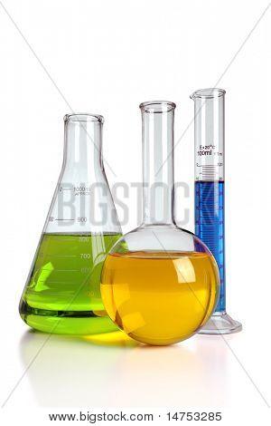 Laborglas mit Reflexionen über Tabelle isoliert over white Background - mit Clipping-Pfad-o