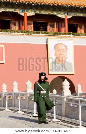 Peking, CHINA - Dezember 17: Ein paramilitärischer Polizisten bewacht Tiananmen Square am 17,