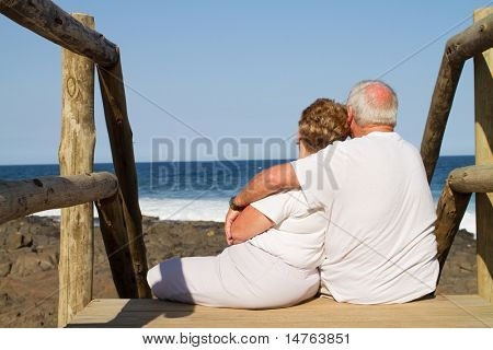 Rear View of senior Couple Kuscheln am Strand