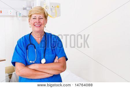 Glücklich leitende Krankenschwester stehend mit Hände gefaltet in Spitalabteilung
