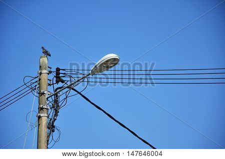 Lamp post with many cables that run in different directions
