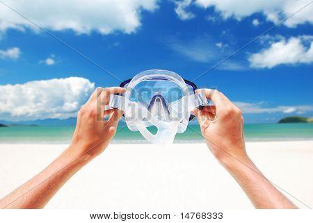 Schnorchel-Ausrüstung gegen Strand und Himmel