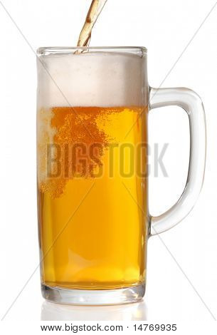 Bierkrug, isolated on White. Gießen Bier drin.