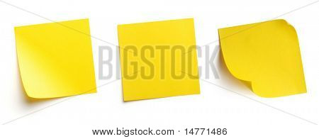 En blanco amarillo post-it notes aislados en blanco