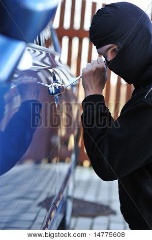 Jovem em máscara tentando roubar um carro