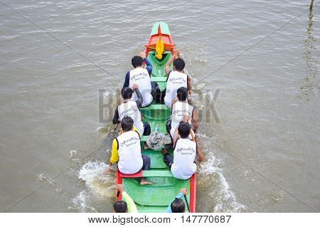 CHACHOENGSAO,THAILAND - November 8 : Unidentified crew in traditional Thai long boats compete during Country cup. Traditional Long Boat Race Championship