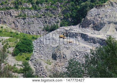 Extraction of mineral resources in the granite quarry