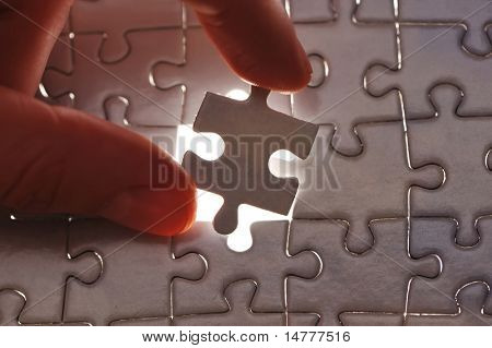Hand platzieren fehlende Puzzlespielstück mit shallow DOF