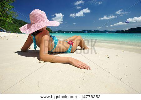 Frau an einem wunderschönen Strand