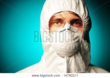 Científico en ropa protectora, gafas y respirador