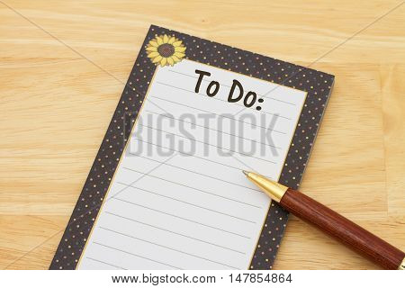 Blank to do list of notepad and paper A notepad and pen on a desk with text To Do and copy-space