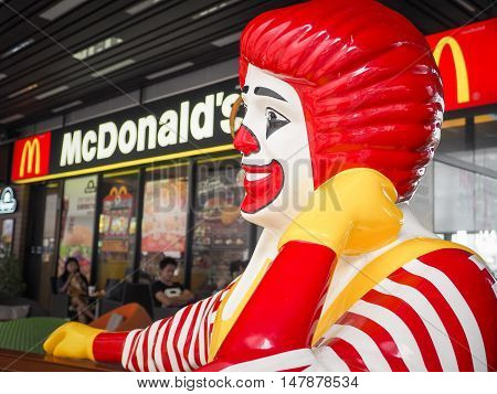 BANGKOK,THAILAND - AUGUST 7: Mcdonald's character pretending to thinking at maga bangna branch on August 7, 2016 in bangkok ,Thailand