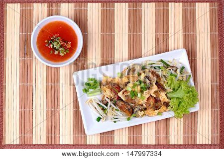 Fried oyster with bean sprouts and shallot as