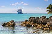 Постер, плакат: Карибский пляж с камнями и круизный корабль в фоновом режиме
