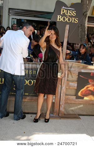 LOS ANGELES - OCT 23:  Antonio Banderas, Salma Hayek arriving at the
