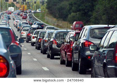 Um congestionamento de trânsito com linhas de carros