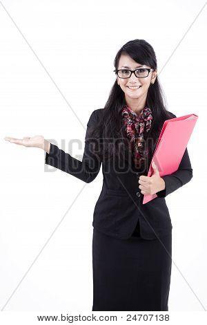 Mujer de negocios atractivo mostrando copia espacio