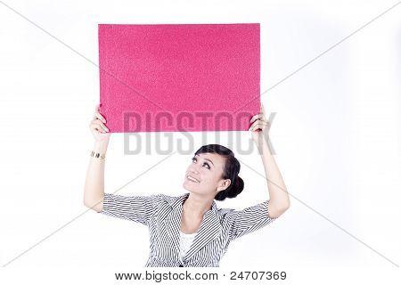 Mujer asiática que sostiene un cartel rojo de la muestra en blanco