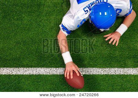 Obenliegende Foto eines American-Football-Spielers machen einen Touchdown einer Hand. Die Uniform, die er wearin ist