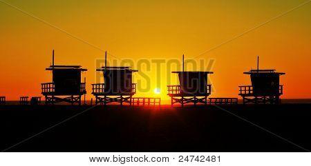 Torres de salvavidas en Venice Beach, Estados Unidos, al atardecer