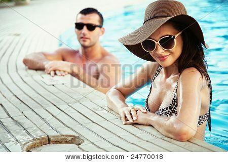 Sexy Paar auf sonnigen Urlaubstag