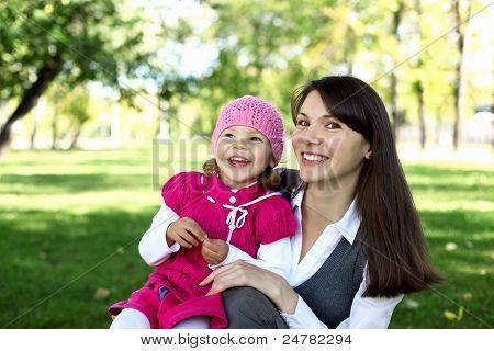 Mutter mit ihrer Tochter in Sommerpark