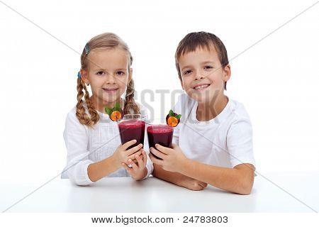 Saludos - healthy kids tintinean vasos de zumo de remolacha y zanahoria