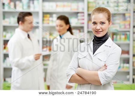 mujer de químico farmacéutico alegre en Droguería Farmacia