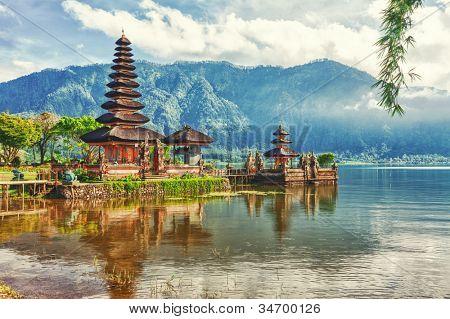 Templo de Pura Ulun Danu en un Lago Beratan. Bali