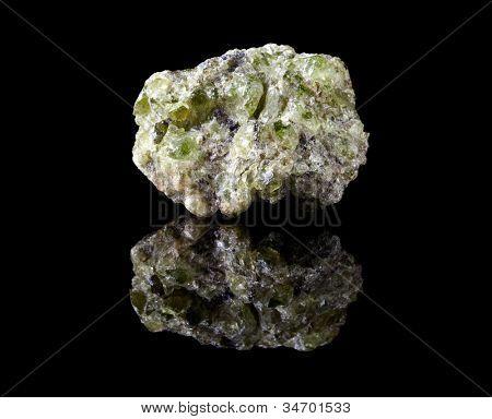 Peridoto áspera o crisólito, la piedra preciosa de agosto y el mineral olivino